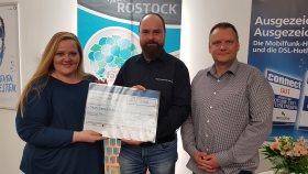 von links: Katharina Fodi, Geschäftsführerin der TGCS Rostock, Gunnar Hinrichs, Vorstandsvorsitzender von Traum-Camp 4 Kids e.V., Dirk Götz, Teammanager bei TGCS Rostock