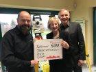 Peter und Dagmar Zimmermann (v.r.) von Zimmermann-Optik in Roggentin übergeben einen Spendenscheck über 5000 Euro an Gunnar Hinrichs, Vorsitzender des Vereins Traum-Camp 4 Kids